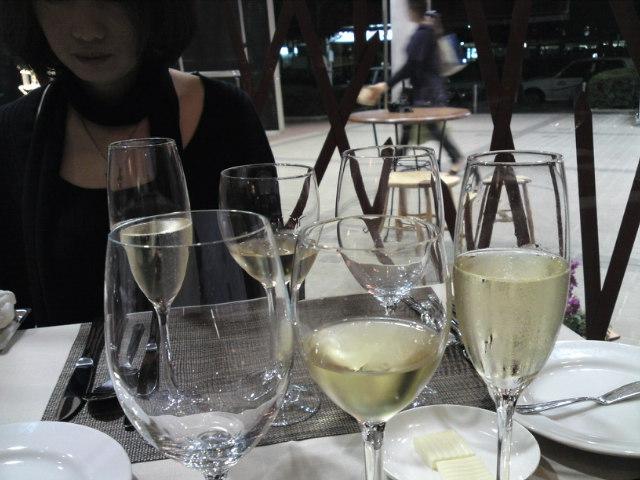 今日は待望のワインの会。犬山の「ビストロ・ソウソウ」さんにて…(始まり、始まり〜)